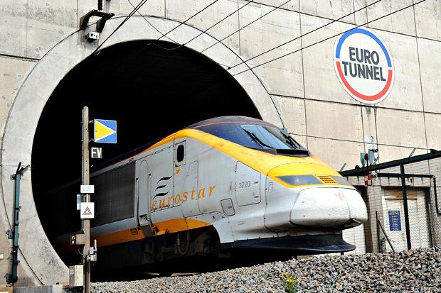 105470202 - Voiture anglaise et Eurotunnel angleterre vers la france